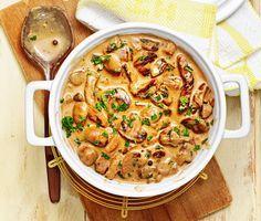 Här är ett läckert recept på krämig skinkgryta med härliga smaker av vitlök, champinjoner, persilja, grädde, dijonsenap och grönpeppar. Skinkgryta med grönpeppar serveras tillsammans med kokt ris och kan avnjutas vilken dag som helst i veckan.