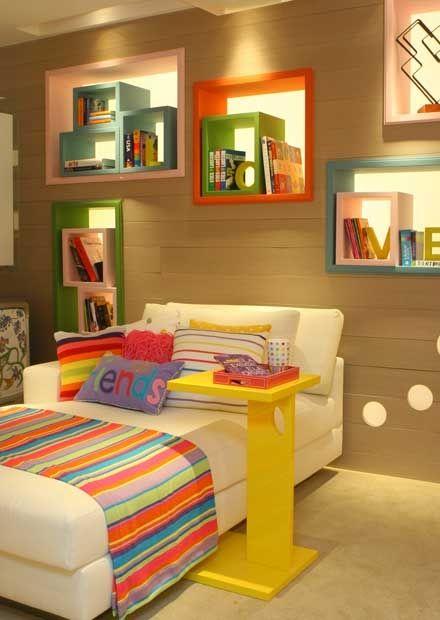 Quarto de menina com nichos coloridos para objetos #bedroom #homedecor #interiordesign #quartoinfantil