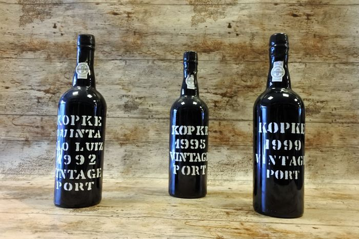 1992 vintage Port Kopke Quinta Sao Luiz & 1995 Vintage Port Kopke & 1999 Vintage Port Kopke - 3 flessen  Het is onderdeel van onze erfenis... In 1638 opgericht door Christiano Kopke en zijn zoon is Nicolau Kopke (die als vertegenwoordigers van de Hanze kwam naar Portugal) het huis van Kopke de oudste Porto wijn export firma. Via vele generaties werd het bedrijf geleid door verscheidene vertegenwoordigers van de familie van Kopke een uitstekende reputatie voor zijn wijnen te verkrijgen…