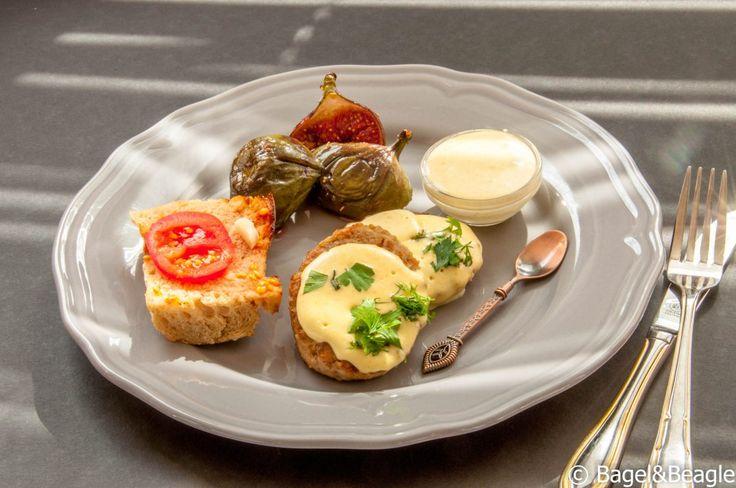 Котлеты из говядины с чесночным соусом айоли, кармелизованным инжиром и томатным хлебом (Каталонская, испанская, средиземноморская кухня)