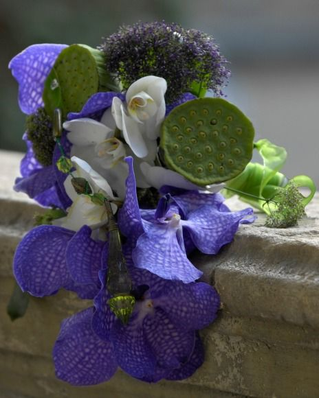 Buchet de mireasă cu orhidee Vanda, Phalaenopsis si fructe de Nelumbo. Bridal bouquet with Vanda orchid, Phalaenopsis and Nelumbo.