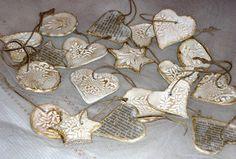 Levegőre száradó gyurmából szurkáltam ki ezeket a formákat, még nyáron. Pecséttel nyomtam bele mintákat. Most elővettem, újság papírral deco...
