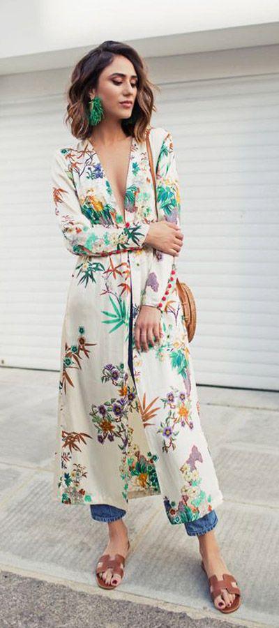Esta temporada los kimonos a pie de calle como complemento ideal para un outfit con denim más informal o para crear un outlook más elegante  sobre un vestido liso.