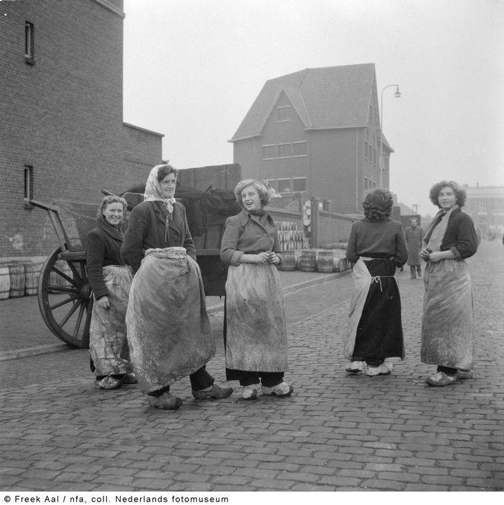 Vissersvrouwen, Scheveningen (1951) #ZuidHolland #Scheveningen