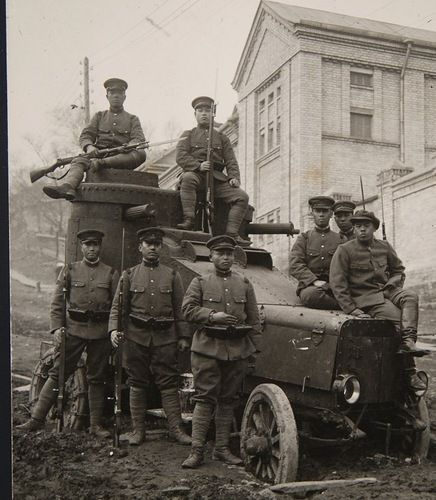 Бронеавтомобиль возле здания Следственной комиссии на улице Полтавской