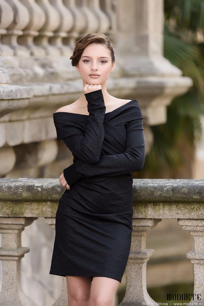 Vestido de tubo BARBARA de Presumidas en color negro, cuello barca con doblez y manga larga. Ligera textura en estampado. Acabado con aseos y sin cremallera. El largo de la falda es de 60 cm. El tejido es muy elástico. #Presumidas #soypresumida #PresumidasElegance #moda #moda50s #años50 #1950sfashion #ropavintage #modavintage #vintagestyle #vintageoutfits #vintagetrends #pinup #pinupgirl #fiftties #fifttiesstyle #fifttiesgirl #cool #estampadosvintage
