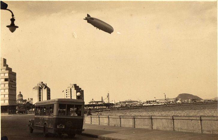 O Graf Zeppelin sobrevoando a Ponta do Calabouço, onde hoje está o Aeroporto Santos Dumont, no Rio de Janeiro.