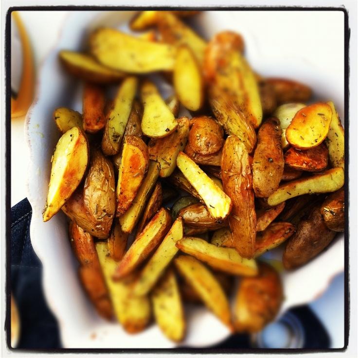 Potatis i ugn, om familjemedlemmarna får välja...  Klyftpotatis vänds runt i olivolja, salt, svartpeppar och rosmarin. Gärna andra örter, vad som finns hemma. In i ugnen i minst en halvtimme på 200 g. Höj värmen i slutet tills potatisen är både genomlagad och lite grillad.