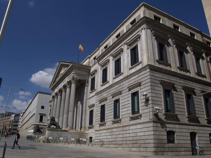 Congreso de los Diputados. El Congreso de los Diputados es la Cámara baja de las Cortes Generales, el órgano constitucional que representa al pueblo español. Se reúnen para sesiones en el Palacio de las Cortes, ubicado en la plaza de las Cortes de Madrid.
