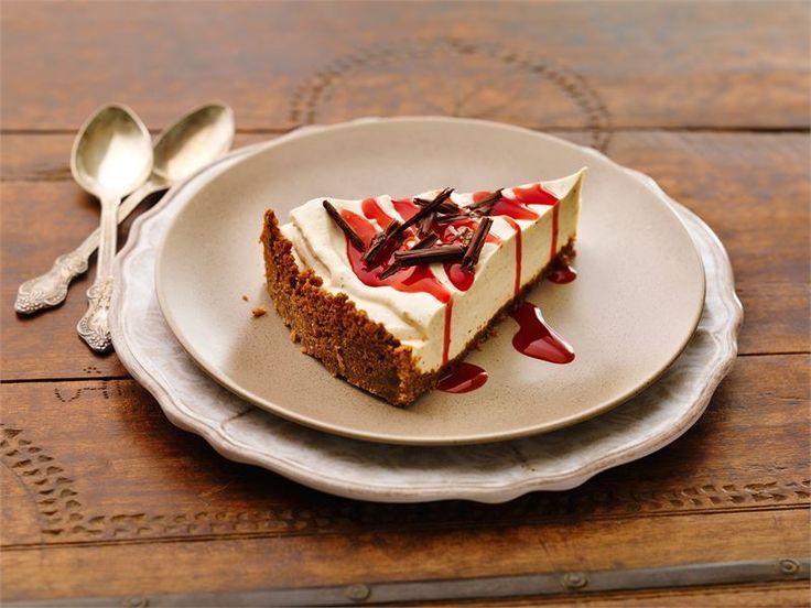 Voissa kiehautettu kaneli maustaa kakussa käytetyn piparipohjan. Luumu-kanelirahkasta syntyy helppotekoinen täyte. Kakkupalan kruunaa syyskirpeä, kirkkaan punainen puolukkakastike.