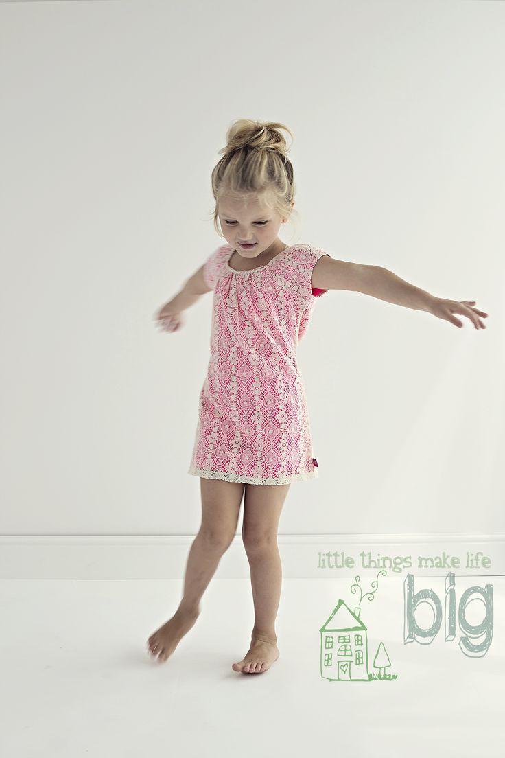 Kids Fashion Photography Natural Light Kinderfotografie Kindermode Vintage backdrop wallpaper