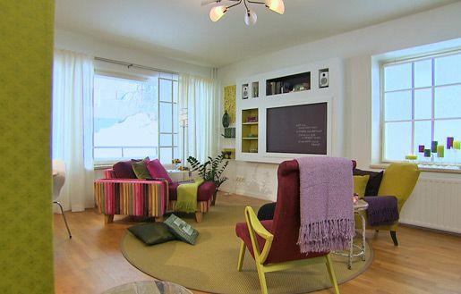 Seinälle rakennettu tv-kaluste  piilottaa tv:n tarvittaessa rullaverhon taakse #sisustusminna #sisustussuunnitteluminna #värikäs #colourful #iloinen #olohuone #livingroom