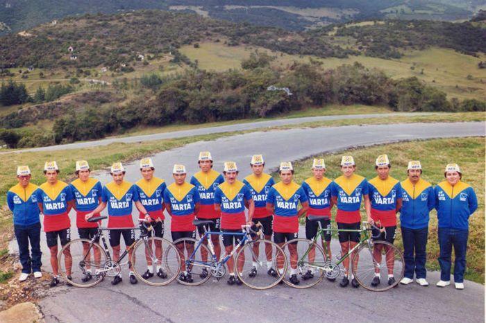 """Pilas Varta-Colombia. El primer equipo colombiano en exportar raza escaladora. En 1983 gracias a que los organizadores del Tour de France clasificaron la competencia como """"Open"""", equipos aficionados o """"amateurs"""" tuvieron la oportunidad de enfrentar hombro a hombro a las grandes figuras del ciclismo profesional europeo de los años 80s; entre ellos figuró esta escuadra colombiana que tenía a Patrocinio Jiménez como jefe de filas, aquel año no ganamos ninguna etapa, pero """"El Viejo Patro"""" fue…"""