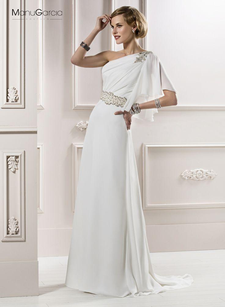 Vestido de gasa estilo griego, escote asimétrico con manga tipo capelina. Adorno de cristal al hombro y a la cintura. #Colección2014 Manu Garcia.