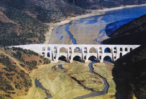 Mağlova kemeri/Alibeyköy barajı/İstanbul/// Mimar Sinan tarafından 1454-1462 yılları arasında yapılmıştır. Eser dünya su mimarisinin baş yapıtlarından biri olarak kabul edilir. 36 metre yüksekliğinde ve 257 metre uzunluğunda olan kemer, iki katlıdır.