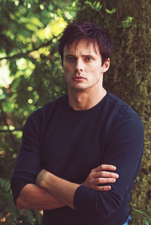 Bradley James is now on iZombie....which of course makes me super duper excited and....just...look...at...him.....-fangirl smile-