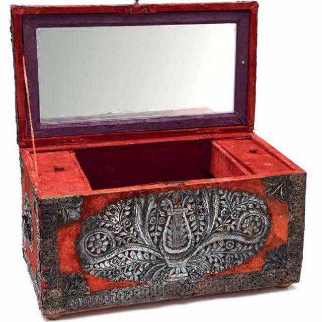 Osmanlı 19.yy ahşap üzeri kadife kaplı aplike gümüş işçilik ile lir enstrümanı ile dekorlu hazine sandığı, 51x28x28cm |  24 Mayıs Çarşamba 64. Müzayedemizde #muzayede #nisantasimuzayede #müzayede #art #sanat #istanbul #nişantaşı #auction #encheres  #auctionhouse #antiques #antika #antique #silver #gümüş #modern #treasurebox #home #decor #interiors #interior #interiordesign #luxury #ottoman #osmanli #kadife #velvet #mezat #box http://turkrazzi.com/ipost/1515192993034867006/?code=BUHC__UARE-