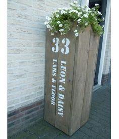 Persoonlijke bloem- of plantenbak om bijvoorbeeld bij de voordeur neer te zetten, van gebruikt steigerhout. Kan met iedere opdruk geleverd worden.Prijzen blanco bloembak:- 60 cm hoog € 79,95- 80 cm hoog € 89,95- 100 cm hoog € 99,95- 12...