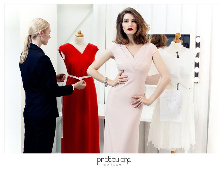 Elegancka, długa, wieczorowa suknia.
