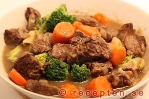 Kalops är en mycket god köttgryta som är enkel att lyckas med. Eftersom köttet får koka så länge blir det mört och får god smak. Kalops är en svensk klassisk husmanskost.