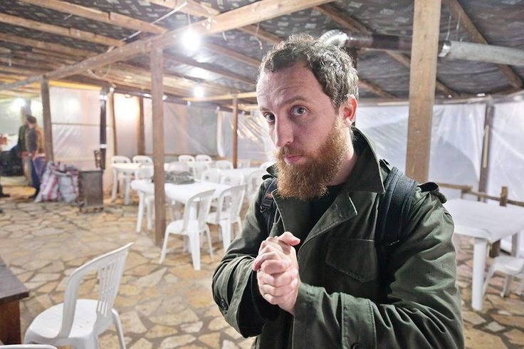 Τον γνώρισα όταν επισκέφτηκε το προηγούμενο Behance Thessaloniki αφού επιλέχθηκε για να παρουσιάσει τη δουλειά του. Ήθελα να τον γνωρίσω καλύτερα όταν στα mingle drinks μου είπε λίγα πράγματα για την ιστορία του. Όπως για παράδειγμα ότι  έπαιρνε τα… βουνά, ενώ δεν έχανε πανηγύρι ή γάμο Ρομά προκειμένου να εξασκηθεί στη φωτογραφία. Ώρα να τον γνωρίσεις κι εσύ μέσα από τις απολαυστικές απαντήσεις και τις δυνατές φωτογραφίες του.