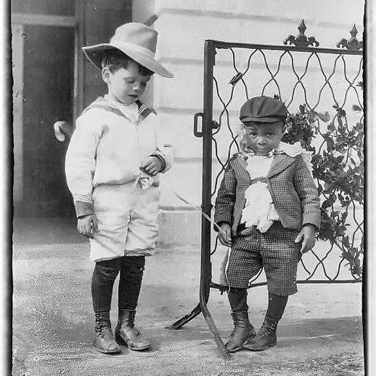 Simpatica foto del figlio del Presidente Roosvelt con il suo compagno di giochi figlio di un autista della Casa Bianca. Foto del 1901.