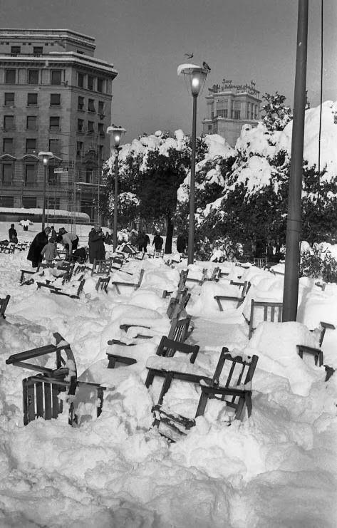 Sillas de la Plaza Cataluña prácticamente cubiertas por la gran nevada de 1962.