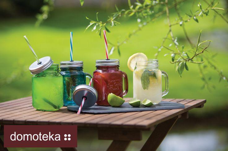 Wiosna, lato...sezon piknikowy czas zacząć! Bardzo wygodne kolorowe słoiki ze słomką i pokrywką w stylu Vintage. Idealne do mrożonej kawy, herbaty, koktajli oraz smoothies. Wytłoczenie na szkle nadaje słoikowi szyku, a szczelne zamknięcie chroni napój przed owadami. QForma.