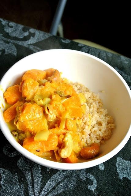 Curry de patates douces aux noix de cajou et raisins secs #vegetalien #vegan by Popote et Pâpâte  http://popote-et-papate.blogspot.se/2013/04/curry-de-patates-douces-aux-noix-de.html