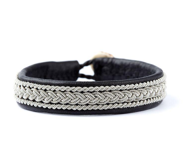 BeChristensen Classic 2 Samer armbånd er udført i sort læder med tin-tråd.    Producent: BeChristensen  Design: Samer...