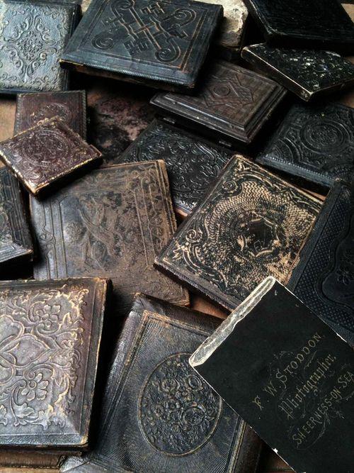 Noirs colorés Bruns foncés | Leather and pressed paper photo cases. Tumblr