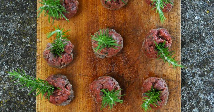 Si vous aimez le tartare, vous adorerez cette recette de boulettes de bœuf mi-cuites parfumées au romarin.