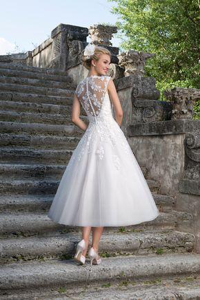 Kurzes Brautkleid von Sincerity | Mehr dazu auf http://www.hochzeitsplaza.de/brautkleider-trends/kurze-brautkleider | #brautkleid #kurz #tealength #spitze #romantisch