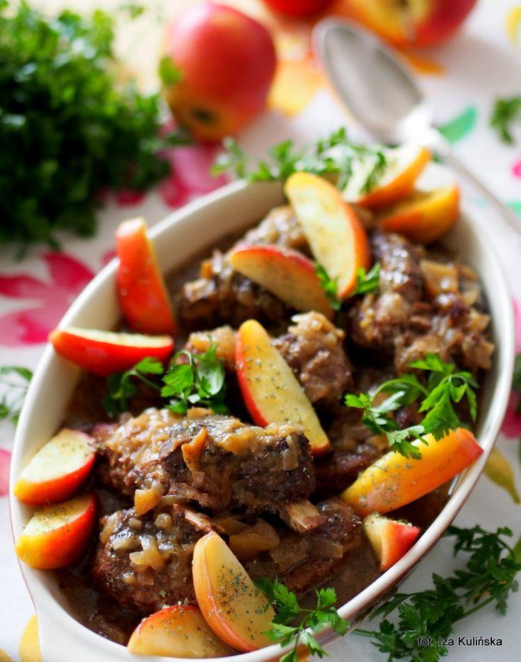 Smaczna Pyza sprawdzone przepisy kulinarne: Żeberka duszone z cydrem, jabłkami i cebulą