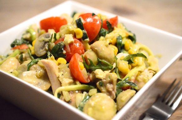 Zucchetti van Rens Kroes - Healthcoach Jep, dat is spaghetti van courgette. Voor je gevoel eet je een bord stevige pasta, maar dan  licht verteerbaar.