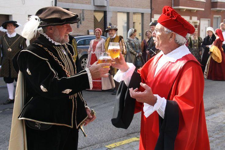 Triveriusstoet ... Keizer Karel en Triverius genieten van een De Graal-bier