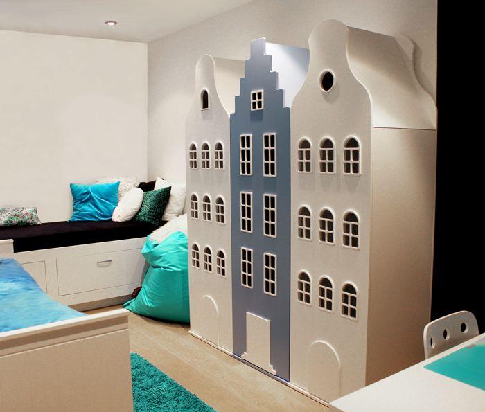 De Kast van een Huis is een stijlvolle opberger voor o.a. kleding en speelgoed. De Amsterdam serie bestaat uit 3 type kasten: de halsgevel-, klokgevel- en trapgevelkast. Er zijn verkrijgbaar in 10 standaard kleuren die onderling goed te combineren zijn.