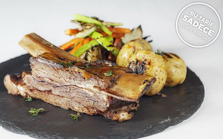 Derin yağda, fırında pişirme yöntemiyle hazırlanan dana kaburga tarifi; Mixo Restaurant mutfağının tercih edilen ana yemek seçeneklerinden bir tanesi.