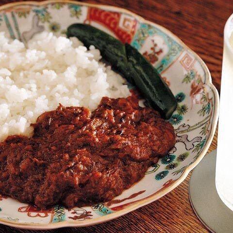 Tokyo Calendar Bar Gojyuni-Ban 老舗イタリアン出身の料理人が生み出した欧風カレーは、ベースとなる牛肉のスープをなんと2ヵ月もかけて仕上げるという力作ぶり。濃厚な味わいながら、後味にピリリと辛味が効いた絶妙なバランス。ワインにもウィスキーにも合う懐深いカレー。 #東京カレンダー #東カレ #広尾 #Bar #バーゴジューニバン #西麻布ビストロビーフカレー