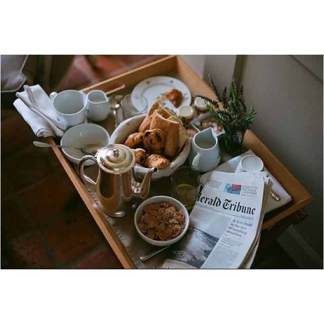 Ook de krant hoort bij een ontbijt op bed