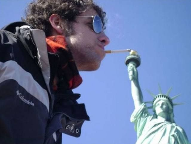 Excuse Me, Do You Have A Lighter?! 30 Hilarious Pictures Taken With Statues • BoredBug