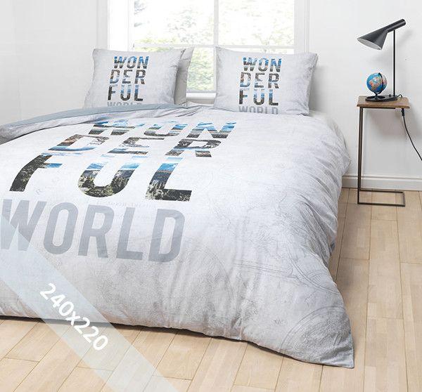 Essara dekbedovertrek 'Wonderful World'. Een lits-jumeaux (240x220 cm) dekbedovertrek van 100% zacht katoen met als basis een grijze achtergrond met daarin verschillende afbeeldingen van wereldbollen verwerkt. Daarop de tekst 'Wonderful World'.