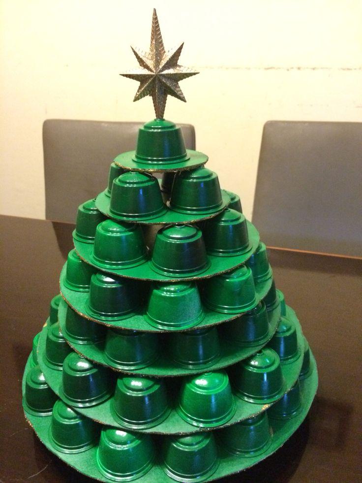 Arbole de Navidad con cápsulas de Dolce Gusto recicladas