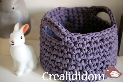 Un tuto pour faire un petit panier en crochet  Rangement à l'origine pour une chambre d'enfant, ce petit panier en trapilho peut servir également dans une salle de bain ou un dressing.