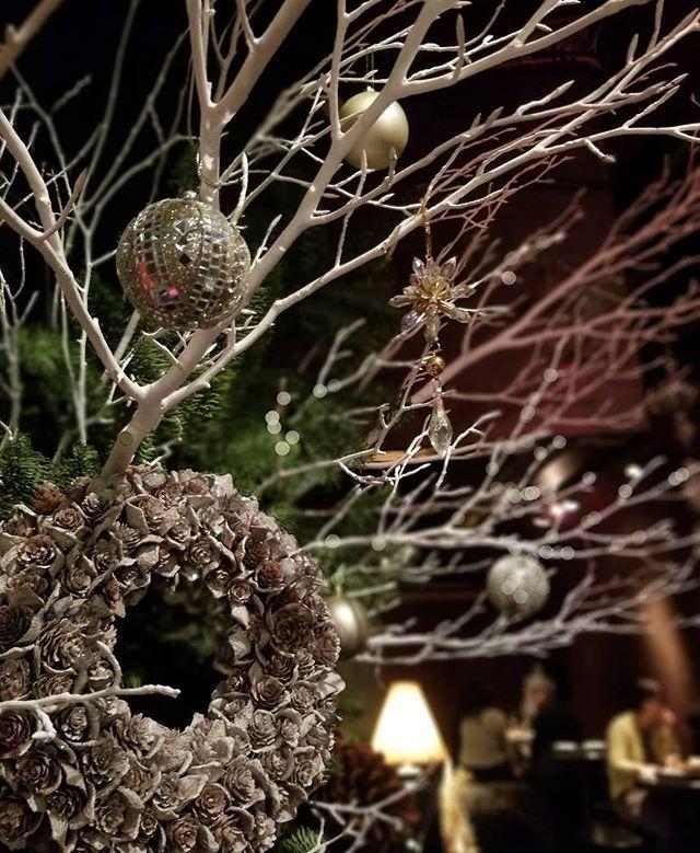 新宿Refrain クリスマスが少しずつ近づいていますね。 新宿Refrainの店内ではこのような飾り付けでお客様の素敵なひとときを演出しております。 デートにも 友達との飲み会にも 新宿Refrain Follow us on!! →@spainbarrefrain #新宿Refrain#スペインバル#バル #お洒落#スペイン#パーティー #スペイン料理#新宿#ディナー #ワイン#カクテル#酒 #女子会#飲み会#ビール #パエリア#ラムチョップ #デート#肉#記念日 #party#bar#dinner #wine#cocktail#happy #paella#love #food#spain