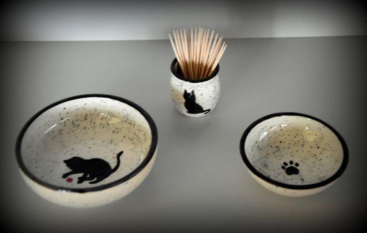 Set van 2 keramiek tapas kommetjes / schaaltjes + houder tandestokers met handgeschilderde decoratie kat / poes / poezenpootje /  aardewerk door Evacreajewel op Etsy