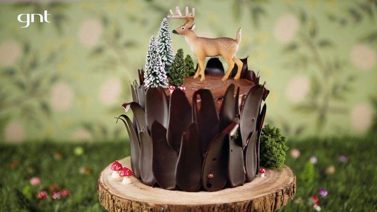 """Bolo """"demônio"""" de chocolate da Rainha da Cocada Com decoração de tronco, versão do clássico 'Devil's Cake' impressiona"""