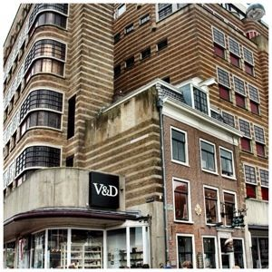 In the early twenties a big warehouse (Vroom & Dreesman) build it's store around Van der Pigge because Van der Pigge refused to leave. The result is stunning; a fantastic contrast in architecture.