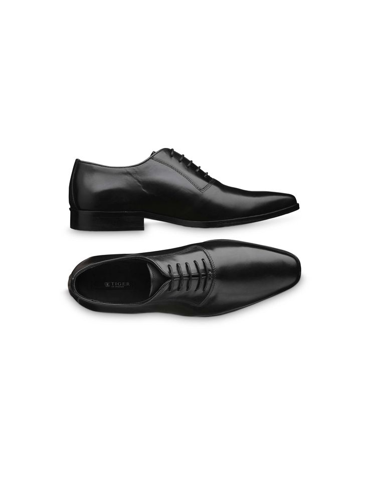 N David shoe - Men's formal dress shoe, exceptionally slim and in sleek Oxford-style. Of exclusive, smooth calf-leather made in Italy. Smooth, clean vamp and discreet stitching around eyelet tabs. Slim piping in leather around shoe opening and inner eyelet tabs. Thin, waxed round shoelaces. Full-leather interior. Leather outsole with thin, protective, rubber layer at front.