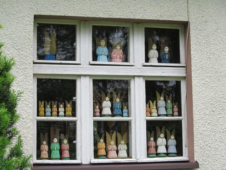Częścią kolekcji są też prace innych twórców ludowych (rzeźba w drewnie i malarstwo) oraz zbiór dokumentów i rękopisów Pani Walentyny Dermackiej.  www.it.mragowo.pl